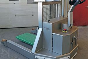 Manoeuvrable electric pallet truck for sensitive areas